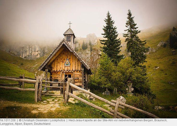 Herz-Jesu-Kapelle an der Stie-Alm vor nebelverhangenen Bergen, Brauneck, Lenggries, Alpen, Bayern, Deutschland