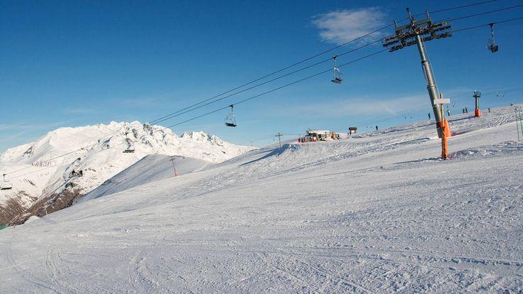 Mit den #Reuttener #Seilbahnen beherbergt der #Hahnenkamm bei der Gemeinde #Höfen im #Lechtal in #Reutte/#Tirol das größte #Skigebiet im #ReuttenerBecken. #Skifahrer können sich hier auf abwechslungsreiche Pisten für jeden Anspruch freuen und #Langläufer finden im weiten Reuttener #Talkessel zahlreiche attraktive #Loipen, die durch eine zauberhafte #Winterlandschaft führen.   https://www.hotel-fuessen.de/de/blog/sport-und-freizeit/die-reuttener-seilbahnen.html