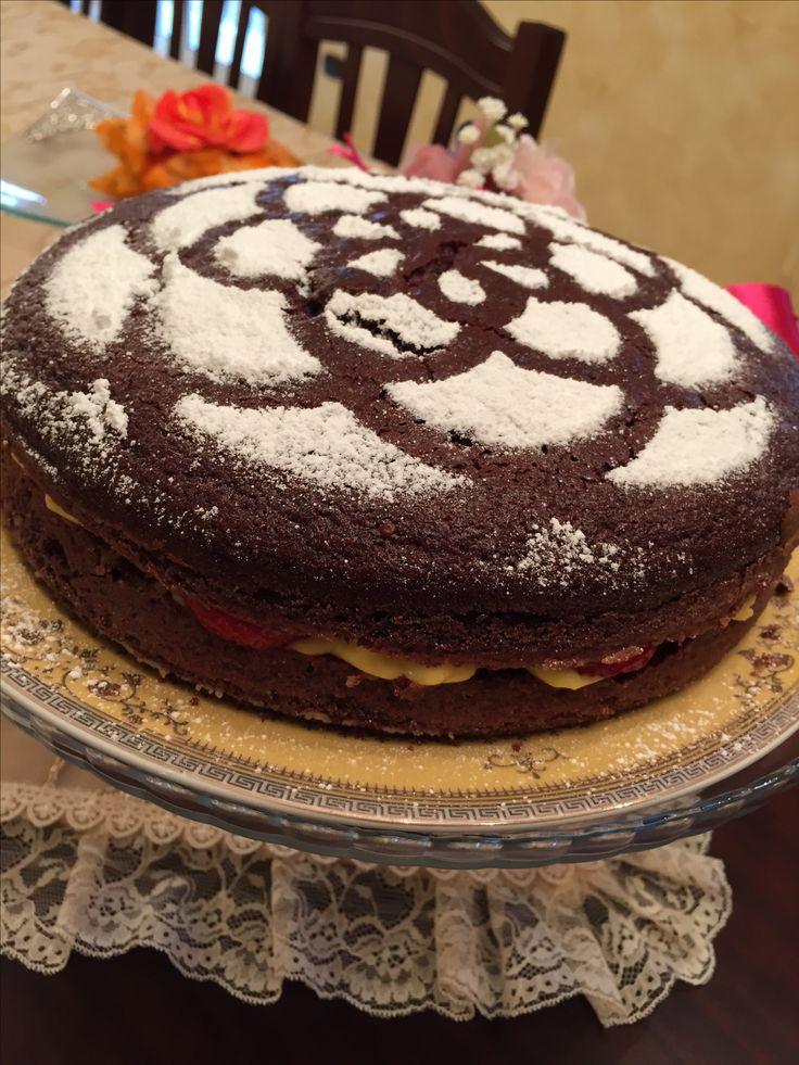 """Torta """"Aria di Primavera"""": un connubio perfetto per dare il benvenuto alla bella stagione. Il ripieno di fragole e crema pasticciera unite al sapore morbido e deciso del cioccolato, rendono questo dolce una prelibatezza , amata da tutti i palati🍓"""