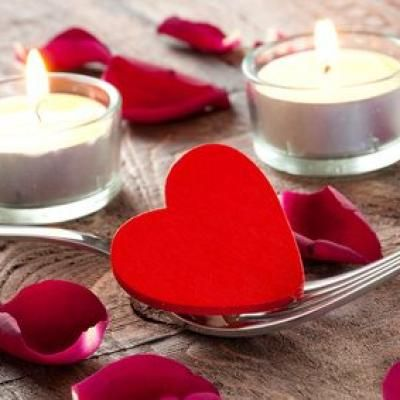 """Quelques idées pour pimenter votre soirée de Saint-Valentin Des fleurs pour lui dire """"Je t'aime"""" à la Saint-Valentin La rose rouge pour la St-Valentin sera l'expression d'un amour passionnel ! Bougies et photophores, qui dit Saint-Valentin, dit romantisme et petit dîner en tête à tête. Un dîner romantique ne peut se concevoir sans bougie. A la lueur des bougies, la soirée n'en sera que plus belle ! Ça n'est un secret pour personne, la rose rouge est LA fleur de l'amour passionnel"""