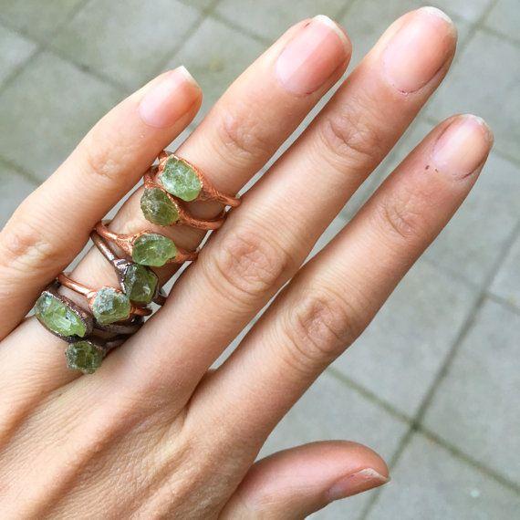 Hoi! Ik heb een geweldige listing op Etsy gevonden: https://www.etsy.com/nl/listing/289121283/ruwe-peridot-ring-raw-crystal-ring