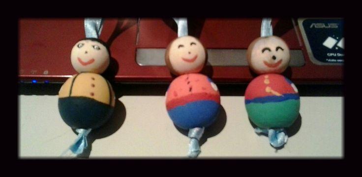 Bonecos de bolas de madeira.