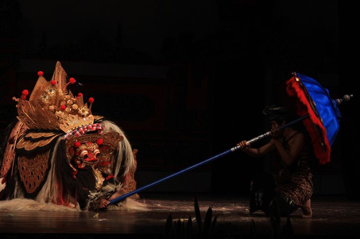 Mapang Barong | Tarian ini merupakan peninggalan kebudayaan Pra Hindu yang menggunakan boneka berwujud binatang berkaki empat atau manusia purba yang memiliki kekuatan magis. Diduga kata barong berasal dari kata bahrwang atau diartikan beruang, seekor binatang mythology yang mempunyai kekuatan gaib, dianggap sebagai pelindung. Tetapi di Bali pada kenyataannya Barong tidak hanya di wujudkan dalam binatang berkaki empat akan tetapi ada pula yang berkaki dua. Topeng Baron