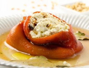 Für die Paprika mit Feta-Füllung zuerst mit einem scharfen Küchenmesser aus den Paprikas den Stiel kreisförmig heraus schneiden. Samen und Scheidewände mit einem Kugelausstecher aus den Schoten kratze