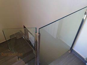 Barandilla en vidrio laminado de 5+5 mm y acero inoxidable AISI-304. Montante de acero inoxidable de 40x40 o de 40x20, sujeción en guia. http://www.barandillasprecios.com/barandillas/barandillas-interiores/cristal2012-10-01-20-53-40/cristal-vi11-31-detail