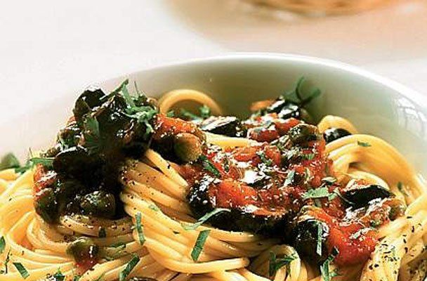 Spaghetti olive capperi e acciughe