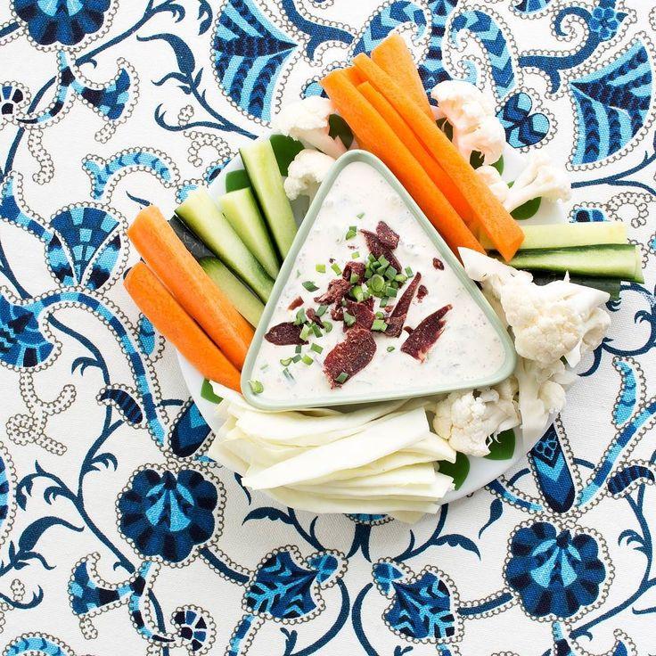 Grönsaker och dipp.  Det kan aldrig bli fel och speciellt inte om det är Wild chips-röra i dippskålen.  #wildchips #lchf #paleo #lesscarbs #keto #eko #mellis #snacks #vilt #ren #hjort #älg #barnmat #nyttig #protein #muskelmat #primal #godis #barn #lågkolhydrat #träna #sockerfri #glutenfri #mjölkfri #cleaneating #hälsa #inspiration #mellanmål #dipsås by wildchips