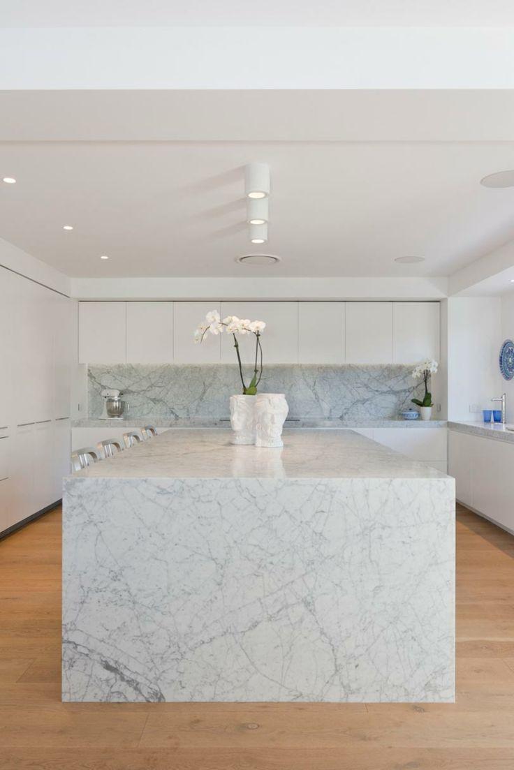 marmol carrara en la isla y las paredes