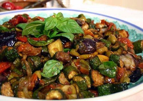 Caponata é um prato típico da Sicília, que consiste em beringela salteada num refogado de tomate e cebola em azeite, temperado com alcaparras, vinagre e açúcar. Pode ainda levar pinhões, aipo e, pr…