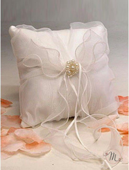 Cuscino fedi - nastro organza. Questo cuscino fedi, color crema, decorato con un elegante nastro in organza, ha un fiore di perline al centro cucito su un fiocco da cui partono i nastrini in raso a cui vanno legate le fedi. Elegante e raffinato esalterà la bellezza del momento dello scambio degli anelli. Formato: 19x19cm. In #promozione #matrimonio #weddingday #cerimonia #ricevimento #wedding #cuscino #portafedi #fedi #sconti #offerta