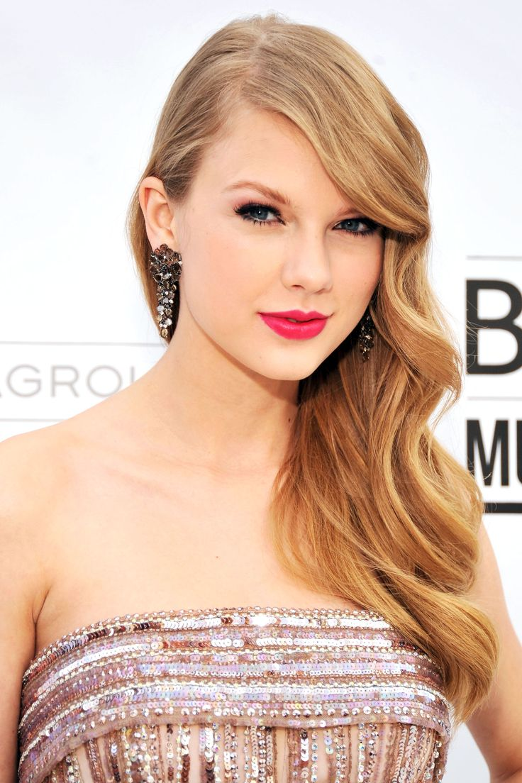 Tay rocking bright pink lips at the 2011 Billboard Music Awards.