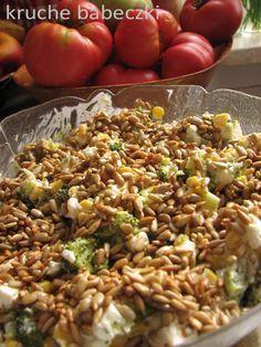 kruche babeczki: Sałatka z brokułem, fetą, kukurydzą i prażonym słonecznikiem