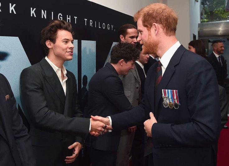 E esse encontro de Harry's? @harrystyles cumprimentou o Príncipe Harry na première de #Dunkirk hoje, em Londres. A verdadeira definição de tanto faz, né? 😍😍😍 (📸 Getty)