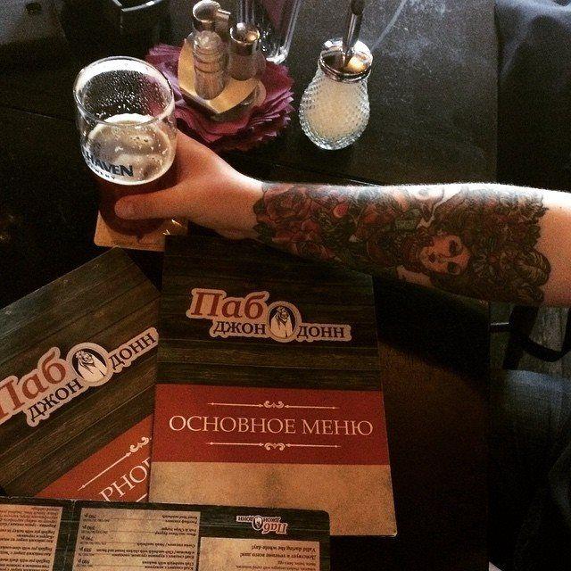Сначала на эту руку нанесли татуировку, затем её сфотографировали в нашем пабе, после чего, возможно, этой же рукой это фото выложили в социальных сетях с тегами #DDtattoo #ДДтату и — а вот уже и хэппи-энд — перед вами очередной победитель конкурса «Джон Донн тату» (хозяин этой руки), который получит в качестве приза сертификат номиналом в три тысячи рублей.  Здесь можно позавидовать или порадоваться, но лучше — сделать тоже самое. Победителя следующего этапа конкурса мы выберем уже…