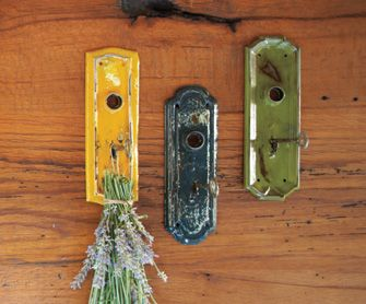 love these door knobs with skeleton keys to hold things