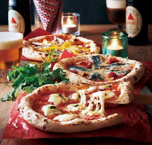 ホームパーティの主役に本格ナポリピザ  [森山ナポリ] 金沢森山ナポリピザ 3枚セット   金沢のピザ工房「森山ナポリ」の窯焼きピザは、外側はカリッと中はもっちり弾力があり、本場ナポリのピッツアに引けを取りません。地元金沢の伝統野菜を使った「塩麹加賀野菜」は、ご当地ならではの一枚。加賀蓮根の食感と五郎島金時芋の甘みが楽しい。ほかにも特製バジルソースを効かせ、モッツァレラとバジルソースをトッピングした「ダブルチーズマルゲリータ」、いわしを惜しみなく使った「朝とれイワシとドライトマト」の3枚がセットになっており、本格的なピザをいただけます。パーティの主役にいかがでしょう。