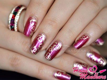 золотые рисунки на бордовых ногтях