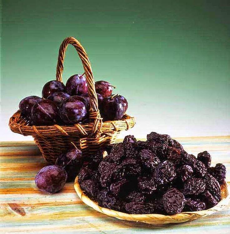Suszone śliwki pod wieloma względami są cenniejsze niż świeże owoce. Zawierają one aż pięć razy więcej witaminy A i siedem razy więcej błonnika. Są też bogatym źródłem fosforu i żelaza. W suszonych śliwkach znajduje się również mnóstwo przeciwutleniaczy, które działają antynowotworowo i pomagają zachować piękną i zdrową skórę. Na prawdę warto włączyć je do swojej diety!