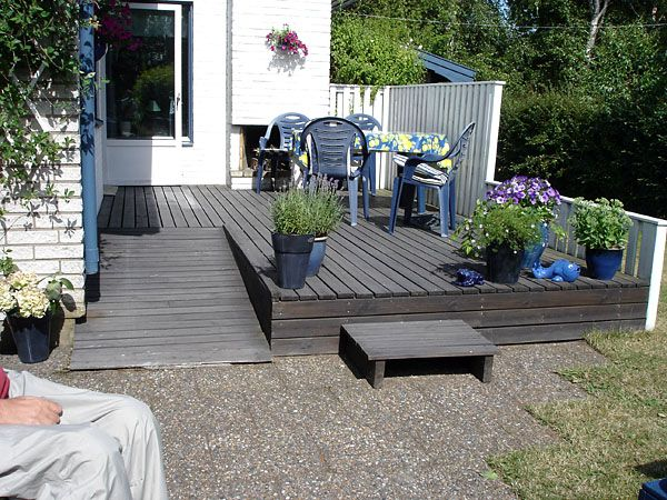 Cute porch/deck with wheelchair ramp. I'd actually have the ramp for the dachshunds.