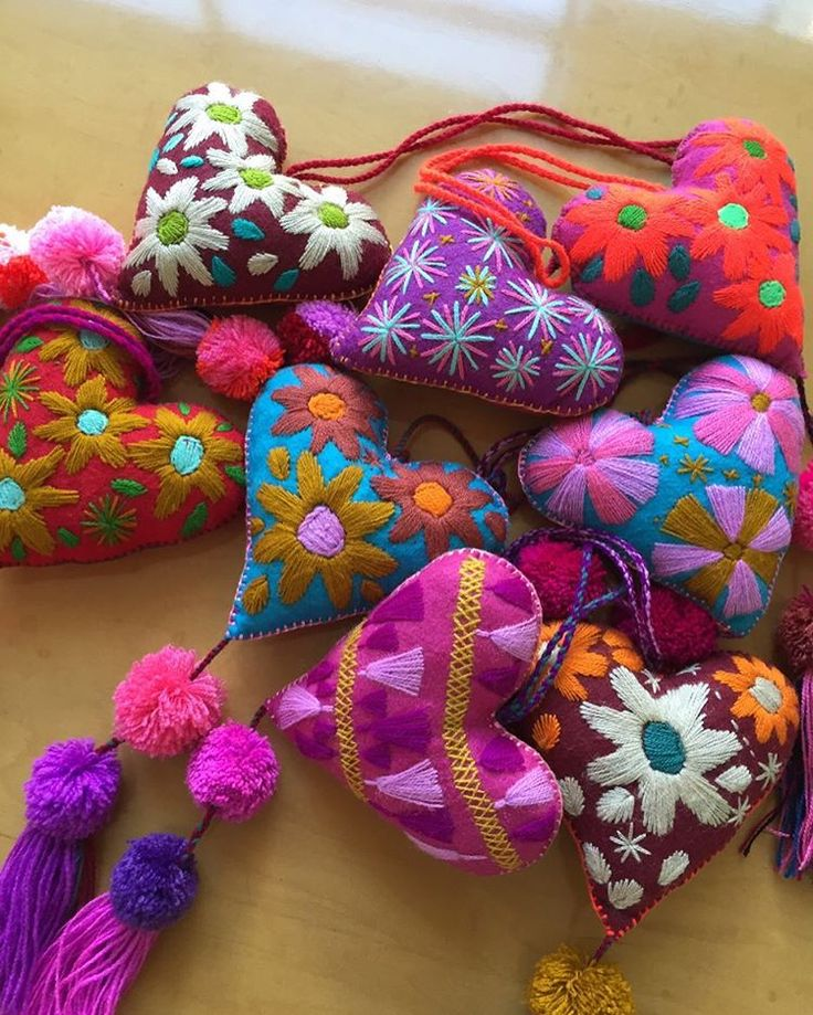 Súper especiales!!!! Charms para bolsa con borlas hechos a mano y bordados de Chiapas  Varios modelos... Info inbox Contamos con envios a todo Mexico y entregas en la oficina en Guadalajara.  ACEPTAMOS TARJETAS DE DEBITO Y CREDITO + 5%. #clutch #noche #fiesta #party #bolsa #outfit #graduacion #accesorios #trendy #fashion #girly #moda #color  #lepetitmarchemex #guadalajara #mexico  #envios #clutch #aretes #collar #picoftheday #perlacultivada #perlablanca #collares
