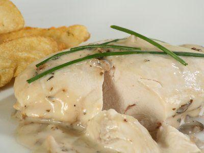 Pechugas de Pollo Cremosas a las Finas Hierbas | Prepara esta rica receta de pollo con salsa cremosa a las finas hierbas y un toque de vino blanco, un platillo perfecto para una elegante cena o simplemente para consentirte a ti y esa persona especial.
