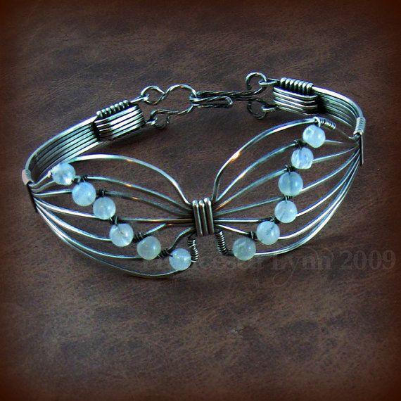 PAPILLON fil enroulé Bracelet - en argent Sterling avec des perles de Pierre de lune - sur mesure - symbole de survivant, de transformation et de Renaissance