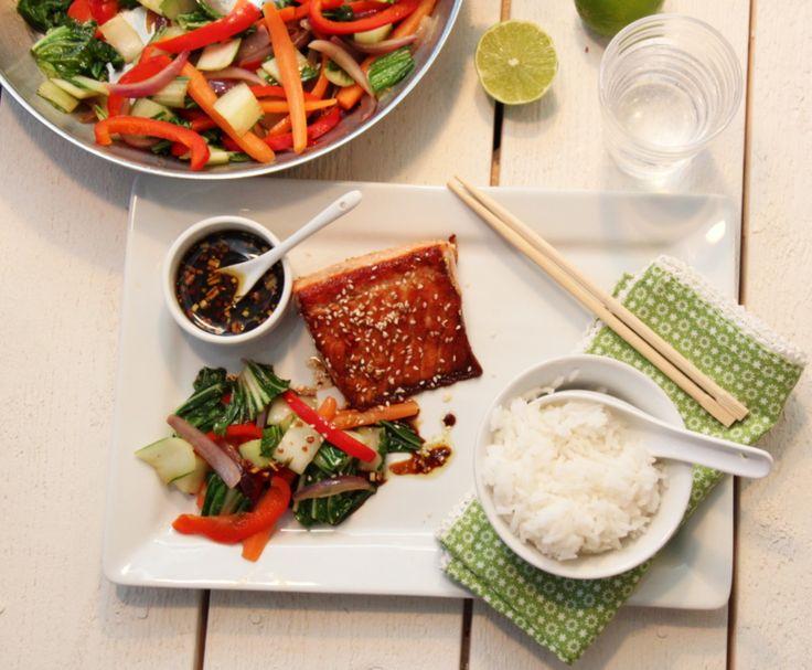 Laks med sesamfrø, soyasaus og lun pak-choysalat