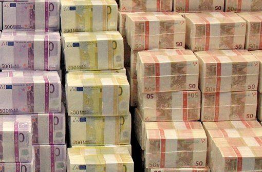 Konjunktur in Deutschland: Neuer Rekord bei Steuereinnahmen - Bund und Länder können sich dank der guten Konjunkturentwicklung über üppig sprudelnde Steuerquellen freuen. Vergangenes Jahr nahm der Staat fast 600 Milliarden Euro ein, mehr als je zuvor. http://www.stuttgarter-zeitung.de/inhalt.konjunktur-in-deutschland-neuer-rekord-bei-steuereinnahmen.86784622-574e-4fb5-a896-cccb1277c153.html