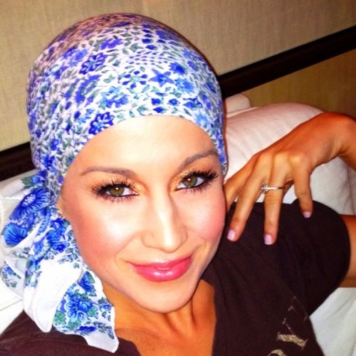 Kellie Pickler not a country fan but love what she did for her friend and she is so beautiful bald!