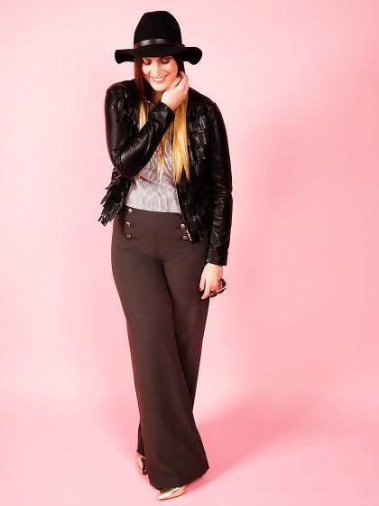Unser Stylingtipp: eine kurze Jacke mit Beinverlängerungseffekt tragen und dazu eine Marlenehose kombinieren.