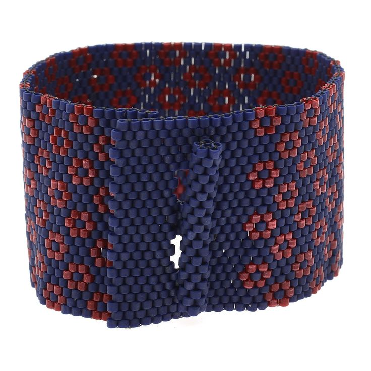 free tute: even count peyote stitch bracelet with flower pattern; really like the toggle closure