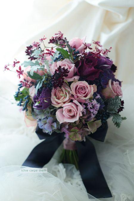 クラッチブーケ アニヴェルセル東京ベイさまへ 濃紫とセピアピンク 紺色のリボンで : 一会 ウエディングの花