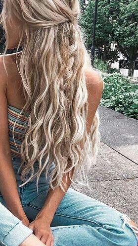 langes blondes gewelltes Haar || halb nach oben ha…