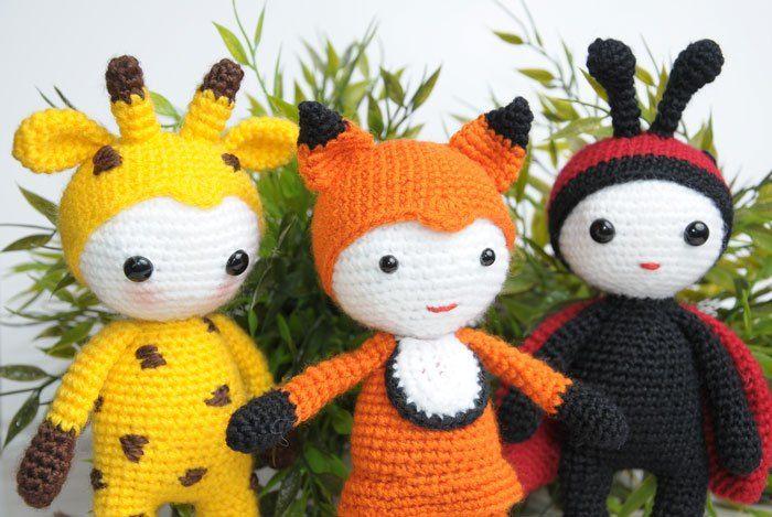 Kijk wat ik gevonden heb op Freubelweb.nl: een gratis haakpatroon van Amigurumi Today om deze leuke poppetjes in dierenkostuum te maken https://www.freubelweb.nl/freubel-zelf/gratis-haakpatroon-poppetjes/