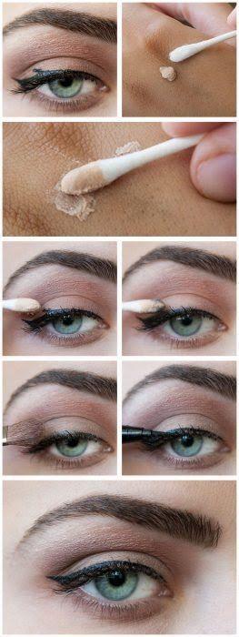 Chica aplicando maquillaje para eliminar los errores en el delineado