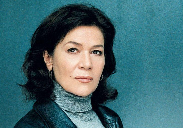 """Hannelore Elsner (* 26. Juli 1942 in Burghausen; eigentlich Hannelore Elstner) ist eine deutsche Schauspielerin, Synchronsprecherin und Autorin.  Hannelore Elsner in """"Die Kommissarin"""""""