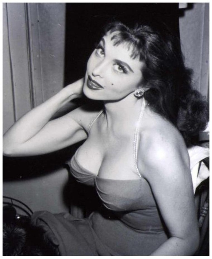 "Tina LOUISE '50-60 (11 Février 1934)is an American actress, singer, and author. She is best known for her role as the ""movie star"" Ginger Grant on the television situation comedy Gilligan's Island (1964-1967).Louise made her Hollywood film debut in 1958 in God's Little Acre. That same year the National Art Council named her the ""World's Most Beautiful Red Head."