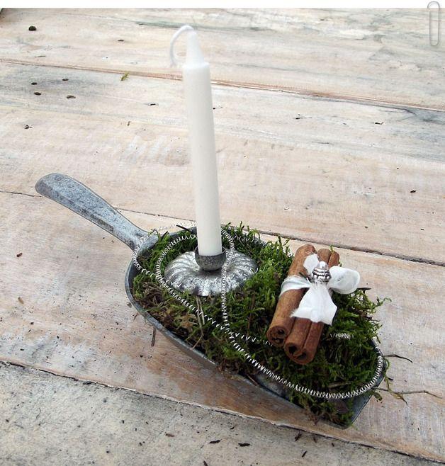 ...wenn diese alte Metallschaufel reden könnte... Ich habe sie mit Liebe zum Detail dekoriert. Hinzu kam Zimt, eine Kerze, Moos , etwas Baumwollspitze - fertig war das Unikat!