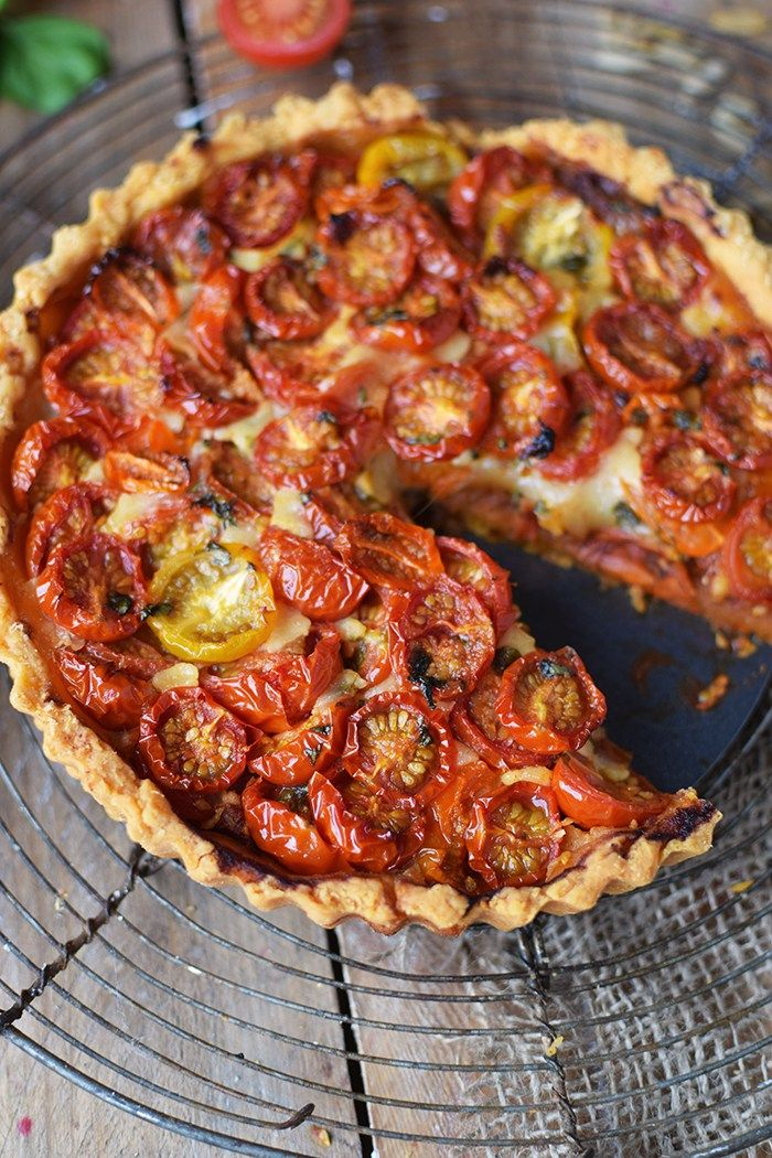 Tomaten Parmesan Tarte - mit Teig von Spargeltorte, gek. Schinken noch dazu und mit Pesto, Mozzarella, Creme Fraiche und Parmesan Mischung belegen. Gut basilikum dazu