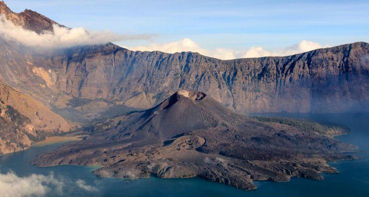 På øen Lombok i Indonesien kan du opleve Gunung Rinjani vulkanen, der har en kratersø med helt blåt vand. Sasak stammefolket på Borneo anser både søen og bjerget for helligt, og de laver forskellige religiøse ritualer i området.