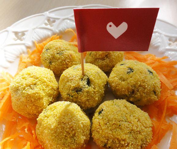 Mini polpettine vegan finger food con cuore vegetale di patate, zucchine e (se vuoi) tofu saltato in padella con salsa tamari o di soia. Da provare! #ricetta #polpette #vegan #patate #zucchine http://www.vegangame.it/ricetta-vegan/polpettine-vegan-patate-zucchine