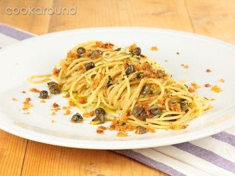 Spaghetti con acciughe, mollica e capperi: Ricetta Tipica Sicilia | Cookaround