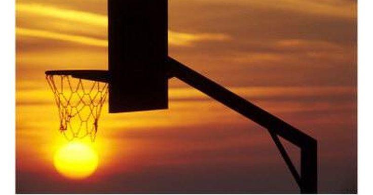 Cómo construir un aro de baloncesto. Los aros de baloncesto están a la vanguardia de la sociedad americana, especialmente a lo largo del medio oeste. Sólo tienes que conducir por cualquier pueblo pequeño en esta área y encontrarás varios aros de baloncesto caseros y tableros que han soportado la presión de miles de lanzamientos. La construcción de un tablero de baloncesto es un ...