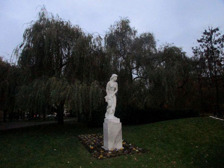 Socha ženy v parku - Poděbrady - Česko