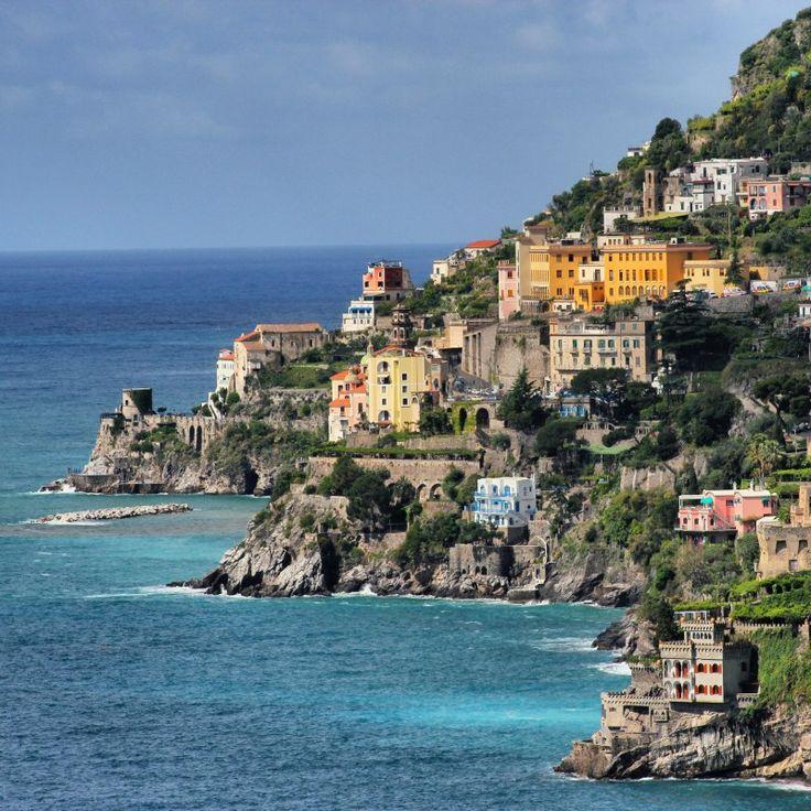Wandern an der Amalfiküste wird mit vielen tollen Ausblicken belohnt. Hier: Blick auf Atrani, den direkten Nachbarort von Amalfi.