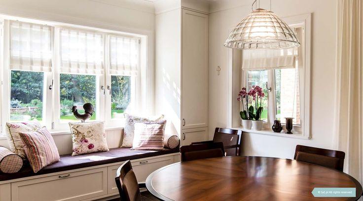 Biała kuchnia. Jedyny w swoim rodzaju, duży, okrągły stół jest dopełnieniem eleganckiego wnętrza. Wykonany został na specjalne zamówienie według projektu 1A1.pl. Siedzisko pod oknem. Projektowanie Wnętrz - Architekt Poznań #interior #kitchen #white