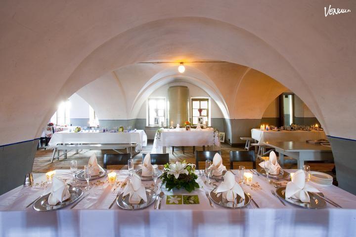 Suomenlinnan Pirunkirkon juhlasalin holvikaaret ja pylväät luovat juhliin tunnelmalliset puitteet.