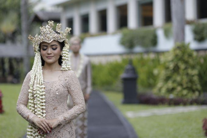 Ciri khas pengantin perempuan Sunda Jawa Barat adalah pemakaian mahkota Siger. Warna Siger umumnya disesuaikan dengan warna busana pengantin.