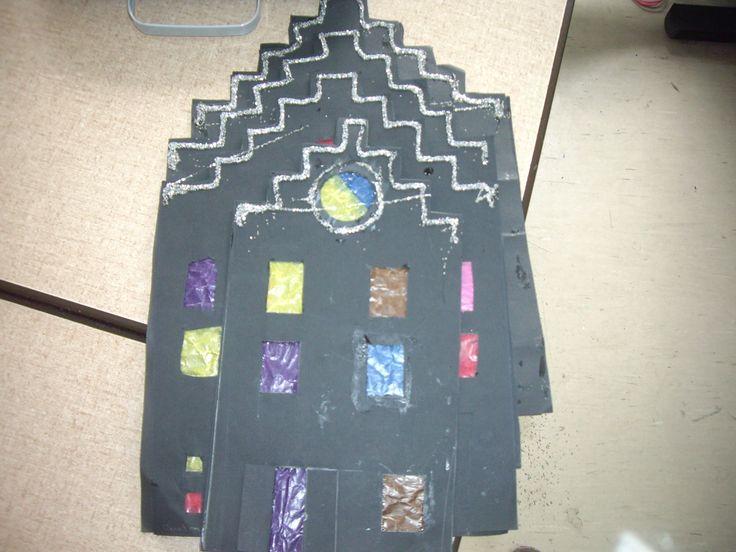 Grachtenpanden! Leuk om naast elkaar op het raam te plakken. Een huis tekenen en deze overtrekken op een ander zwart blad. Allebei uitknippen (ook de ramen). Vloeipapier achter de ramen plakken en de twee zwarte huisjes tegen elkaar plakken! Leuke raamdecoratie voor in de klas in de winter! Helemaal mooi maken? Plak er gevouwen kerststerren boven!