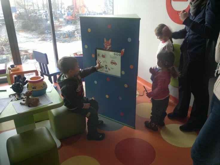 Duża wieża trójścienna w poczekalni przychodni. Dzieci uwielbiają wracać do Pani doktor